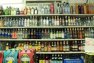 Esposizione di bevande alcoliche all'interno di un negozio (bangla).