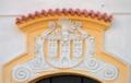 Znak města Kadaně na průčelí děkanského kostela Povýšení svatého Kříže v Kadani.tif