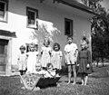 """""""Ziben"""" (zibelka) in otroci iz Prapetna 1954.jpg"""