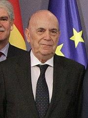 (Alejandro Muñoz-Alonso) Pérez Rubalcaba junto a los galardonados con las Medallas de la Orden al Mérito Constitucional. Pool Moncloa. 9 de mayo de 2011 (cropped).jpeg