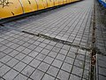 Černý Most, chodník na estakádě metra, kanálky (02).jpg