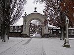Žďár nad Sázavou - vstupní brána nového hřbitova, vpravo boží muka od lihovaru.JPG