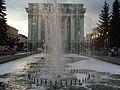 Ансамбль главной городской площади. Фонтан у кинотеатра Металлург (2).JPG
