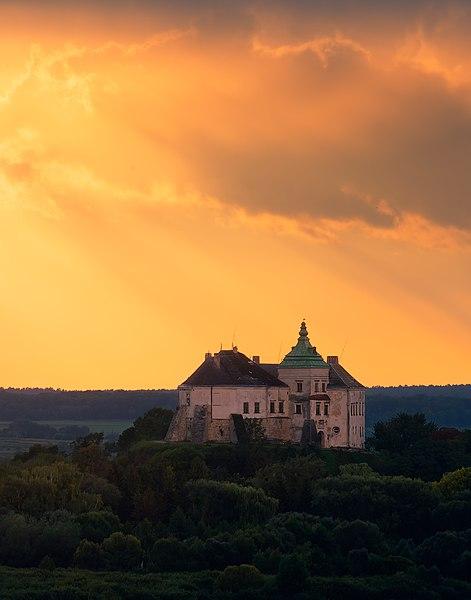 File:Олеський замок на фоні вечірнього неба.jpg
