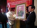 Президент СРВ Чыонг Тан Шанг вручает портрет Хо Ши Мина Председателю МООВВВ Н. Н. Колеснику (2).jpg