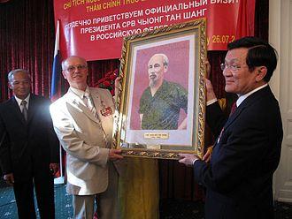 Trương Tấn Sang - Image: Президент СРВ Чыонг Тан Шанг вручает портрет Хо Ши Мина Председателю МООВВВ Н. Н. Колеснику (2)