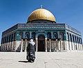 מוסלמית בדרכה לכיפת הסלע.jpg