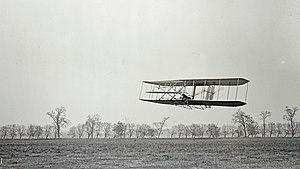 Orville Wright en vuelo sobre Huffman Prairie (Ohio), 16 de noviembre de 1904.