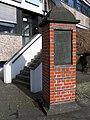 1990 durch Schüler vom Berufsschulzentrum in Hannover in der Ohestraße errichtetes Mahnmal zur Erinnerung an jüdisches Leben, Säule mit Tafel.jpg