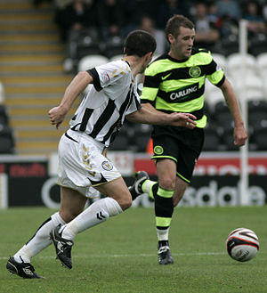 Niall McGinn - McGinn dribbling the ball.
