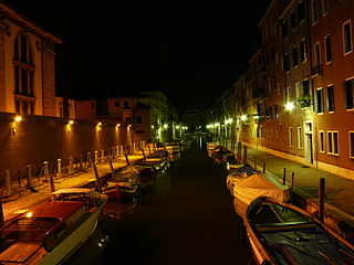 https://upload.wikimedia.org/wikipedia/commons/thumb/3/31/2010-08-08_Venice_by_night.jpg/320px-2010-08-08_Venice_by_night.jpg