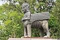 2014 Erywań, Erebuni, Muzeum Erebuni, Posąg przy schodach (01).jpg