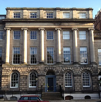 Royal Terrace, Edinburgh - A section of Royal Terrace at the west end of the street, with six Ionic columns. This contains two townhouses: number 4 with the central entrance and two bays to the left, and number 3 with the right two bays and an entrance in the un-colonnaded section to the right (just out of view).