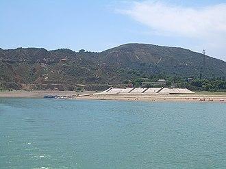 Linxia County - Linxia County's northern shore, seen from a Liujiaxia Reservoir ferryboat