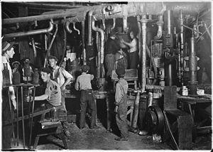 Fotografía de un taller deIndiana, Estados Unidos, deLewis Hine, 1908. Las malas condiciones laborales de los trabajadores en plenaRevolución Industrialcontribuyeron al surgimiento delmovimiento obreroy sus reivindicaciones