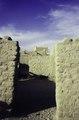 ASC Leiden - van Achterberg Collection - 01 - 43 - Une échappée à travers les murs de boue, un grand bâtiment carré - Agadez, Niger, novembre 1990 - janvier 1991.tif