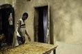 ASC Leiden - van Achterberg Collection - 03 - 21 - Un jeune homme applique des motifs de cire - Ségou, Mali - novembre-décembre 1993.tif