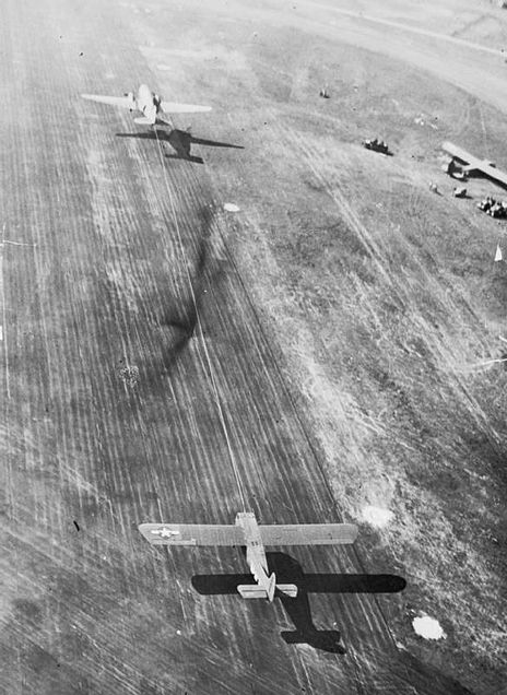 Le planeur Waco CG-4A 464px-Aerial_view_of_a_C-47_Dakota_as_it_tows_off_a_glider