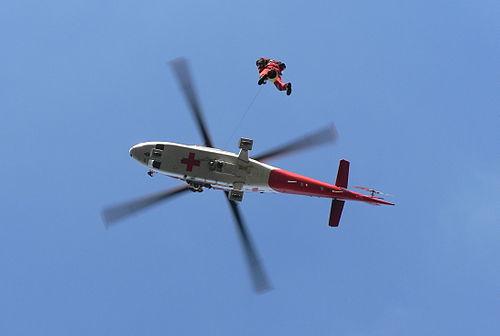 Záchranár v podvese vrtuľníka Agusta A109 K2