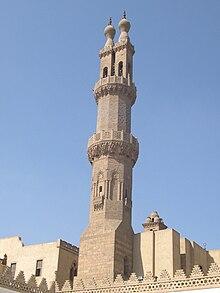 Un minareto ottagonale in pietra scolpita decorato, con una ringhiera in pietra scolpita attorno ai balconi al centro e vicino alla sua sommità.  Al di sopra del secondo balcone il minareto si divide in due alberi rettangolari, ciascuno ribaltato da una ringhiera e da un terminale a bulbo.