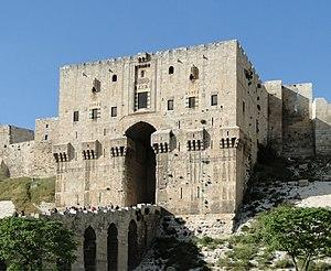 الجسر المُقنطر والبوَّابة الرئيسيَّة لِقلعة حلب، في مدينة حلب، بسوريا