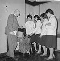 Anne Frankreis voor vier Japanse meisjes, de heer Otto Frank en de vier meisje, Bestanddeelnr 917-5679.jpg