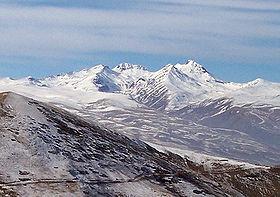 Арагац, вид с востока, слева направо видны вершины: Южная, Западная, Восточная, Северная.