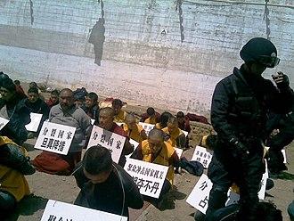 2008 Tibetan unrest - Image: Arrested Monks and lay Tibetans in 2008 遭逮捕藏族僧侶與平民