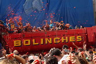 La Tomatina - Throwing tomatoes from a truck