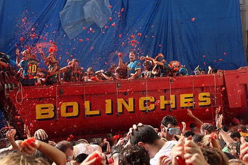 Arrojando tomates desde un camión - La Tomatina 2010