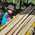 Artesana tejiendo uno de los nidos de color amarillo.jpg