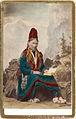Ateljébild. En kvinna i samisk dräkt med uppslagen bok - Nordiska Museet - NMA.0056882.jpg
