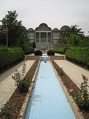 http://upload.wikimedia.org/wikipedia/commons/thumb/3/31/Bagh-e-eram_shiraz.jpg/180px-Bagh-e-eram_shiraz.jpg
