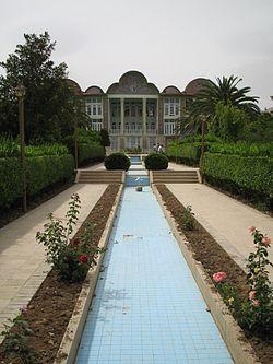 http://upload.wikimedia.org/wikipedia/commons/thumb/3/31/Bagh-e-eram_shiraz.jpg/250px-Bagh-e-eram_shiraz.jpg