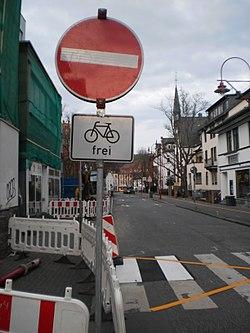 Baustelle in Schulstrasse mit Freigabe einer Einbahnstrasse für den Radverkehr in Marburg 2017-04-02.jpg