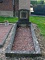 Bazentin cimetiere tombe non identifiee (angle chapelle).jpg