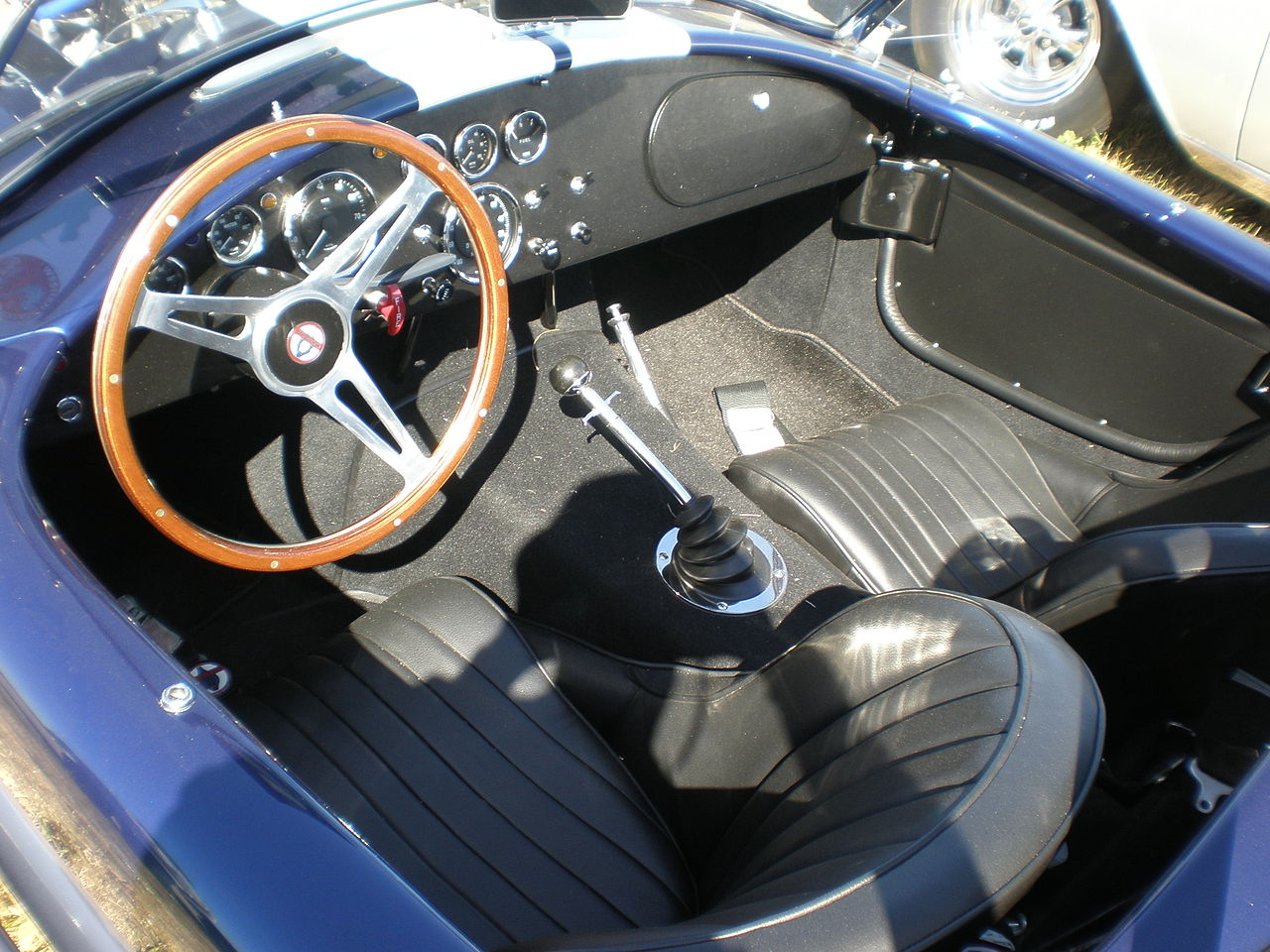 file blue ac cobra 427 interior jpg wikimedia commons. Black Bedroom Furniture Sets. Home Design Ideas