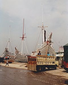 Boats in the port of Jakarta.jpg