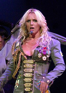 "Spears em uma performance de ""Boys"" durante o segundo ato do show da turnê The Circus Starring Britney Spears em 2009."