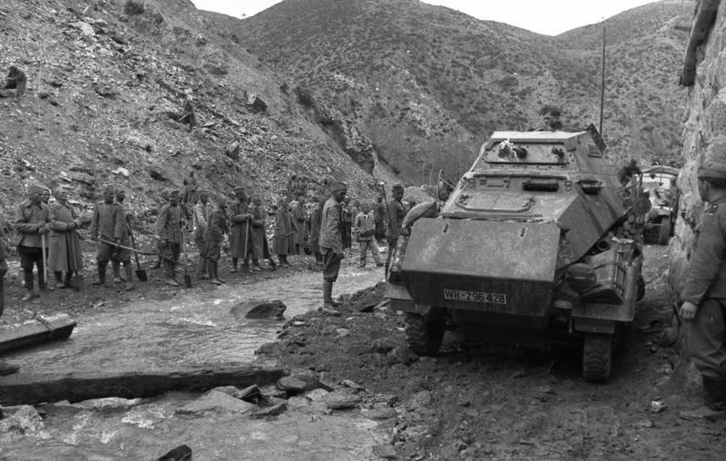 Bundesarchiv Bild 101I-161-0256-10, Balkan, Sp%C3%A4hpanzer, bulgarische Soldaten