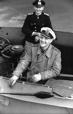 Bundesarchiv Bild 101II-MW-3705-35, Erich Topp auf U-552.jpg
