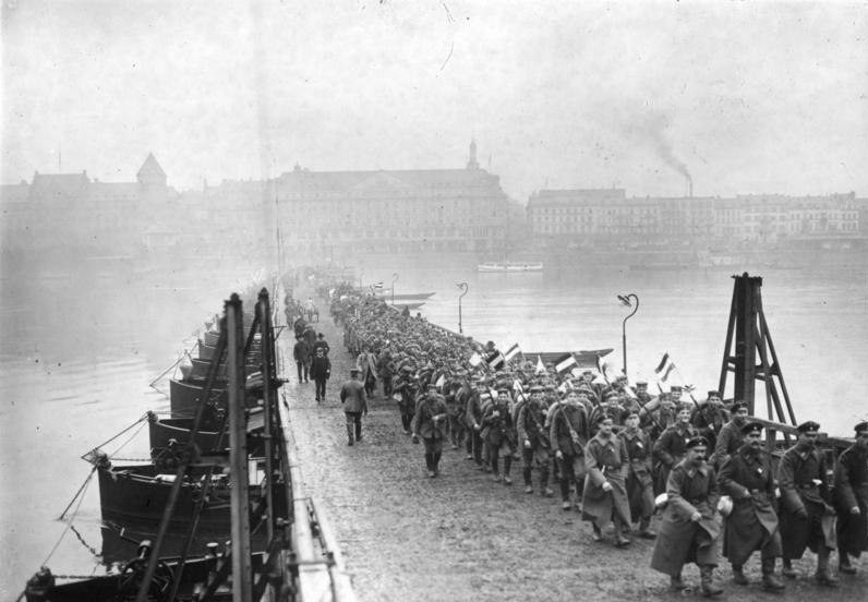 Bundesarchiv Bild 146-1976-076-25A, Koblenz, Soldaten überqueren Rheinbrücke