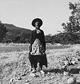 COLLECTIE TROPENMUSEUM Een Zulu vrouw langs de weg tussen Greytown en Dundee TMnr 20014800.jpg
