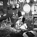 COLLECTIE TROPENMUSEUM Portret van een vrouw die in haar keuken bezig is met het bereiden van eten TMnr 20000269.jpg