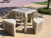 Ein Tisch mit einem Schachbrett in einem Park in Goleta