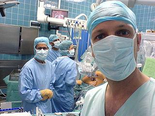 Chirurgien son robot da-vinci