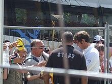 Ferrara (a destra) mentre firma autografi da allenatore della Juventus