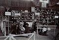 Collectie NMvWereldculturen, 7014-1-2, Foto, 'Het opbrengen van was met een waspen op de eerste nijverheidstentoonstelling in Yogyakarta', fotograaf onbekend - unknown, 1925.jpg