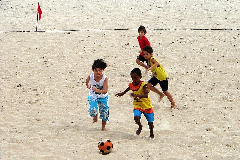 Crian%C3%A7as jogando futebol de areia