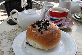 Bath bun - Image: Culture... a bath bun and a pot of tea, Bath, United Kingdom (9605677635)
